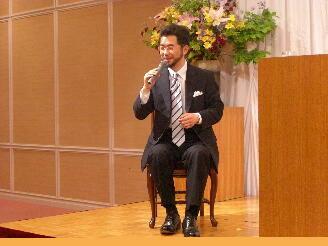 講演会場にて、楽しい雰囲気で講演を行う生井利幸。
