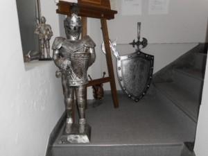生井利幸事務所・銀座書斎は、入居するビルの5階。銀座書斎の入口には、古代・中世ヨーロッパの鎧、剣、盾などが置かれています。