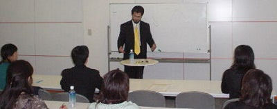 Toshiyuki namai lecturing on the constitutional theories and cases regarding the Constitution of Japan in English.