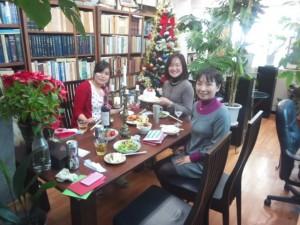 哲学の講義の後は、皆さんでクリスマス・パーティーを開催しました。