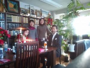 2012年に引き続き、2013年のクリスマス・パーティーにおいても、受講生の皆さんの「心の故郷」である銀座書斎にて大変楽しく過ごすことができました。