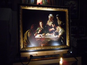 イタリアのバロック絵画の基礎を構築した画家、ミケランジェロ・メリージ・ダ・カラヴァッジョ(Michelangelo Merisi da Caravaggio: 1571-1610)の傑作、「エマオの晩餐」(1606年)。銀座書斎、「奥の聖域」にて撮影。パレストリーナの死後、この作品が生まれました。