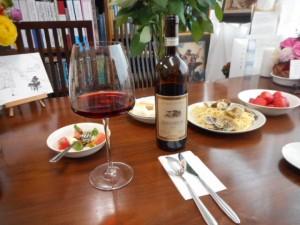 K.H.さんからいただいたイタリア産赤ワインを味わいながら、K.H.さんの手作りの料理を食べました。
