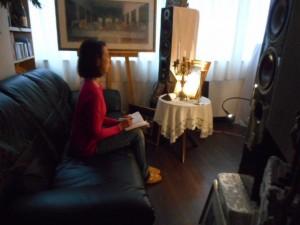 しっかりと準備をし、ベートーヴェン作曲、交響曲第5番を鑑賞する受講生・Y.I.さん。銀座書斎・「奥の聖域」にて撮影。
